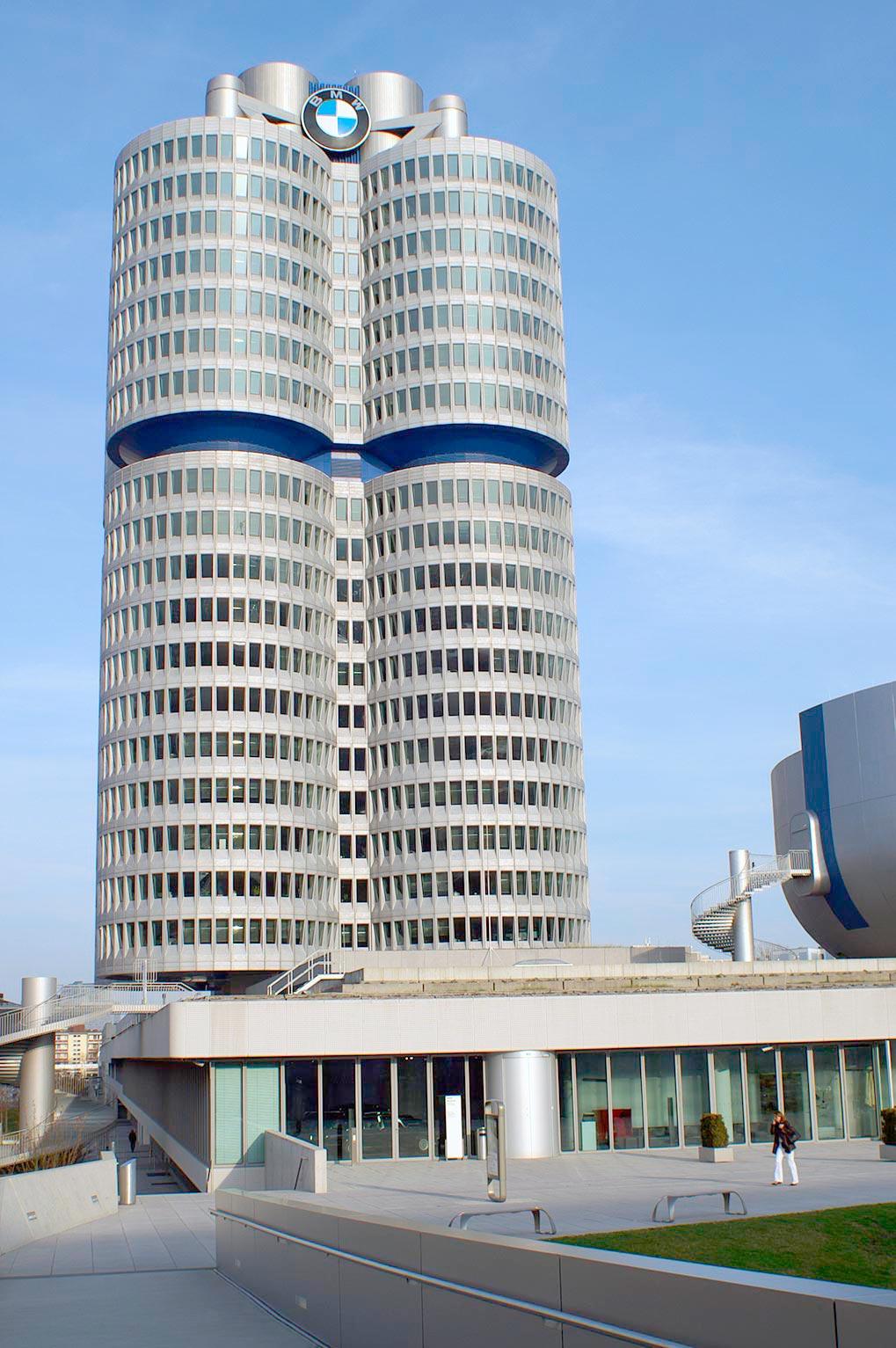 вид на Museum BMW и HQ