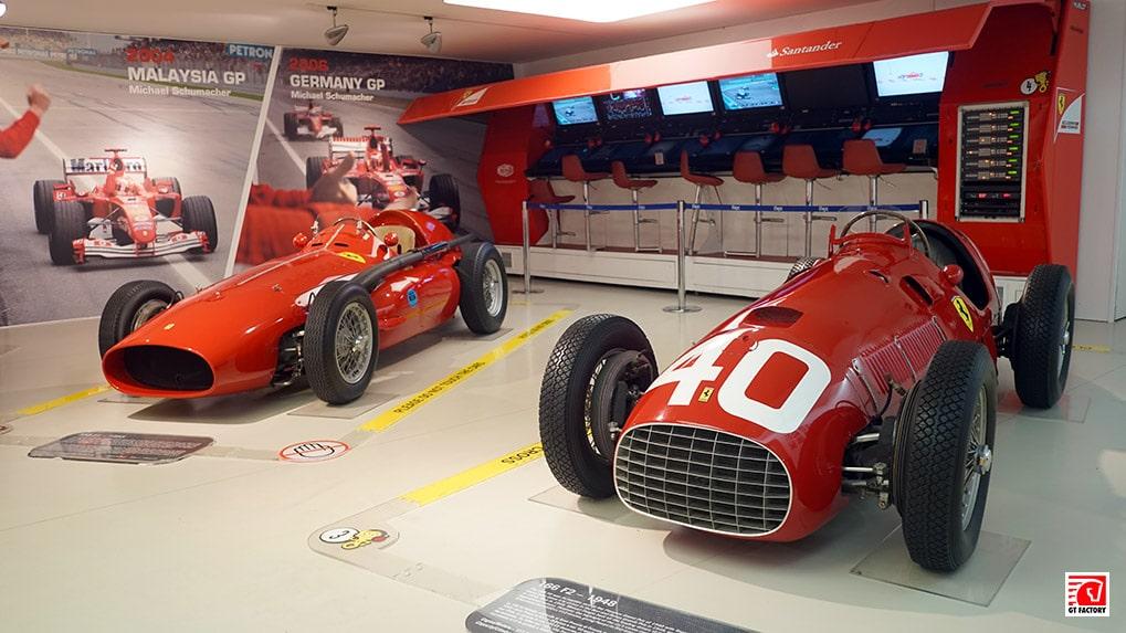 гоночные болиды первый зал в Музее ferrari в Маранелло
