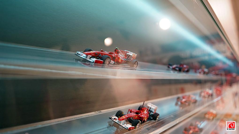модели гоночных болидов в хронологии первый зал в Музее ferrari в Маранелло
